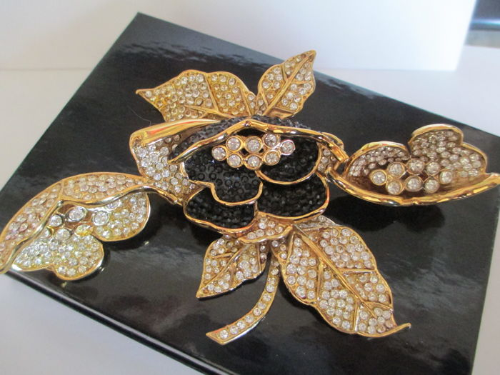 Demi parure ( brooch & clips) made by Bijoux Cascio Florence Italy