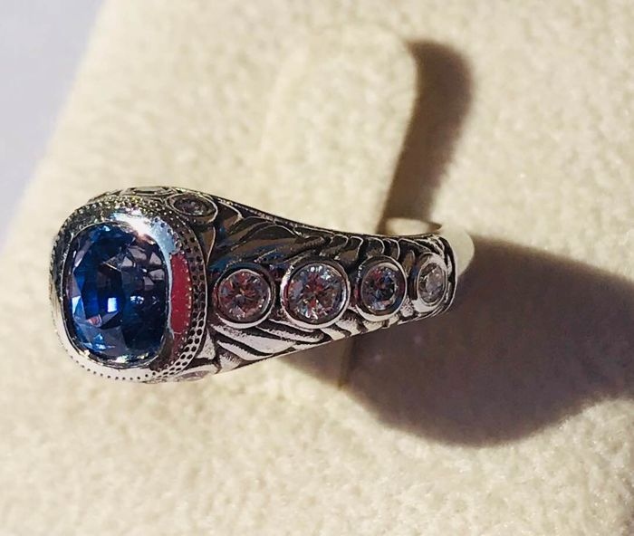18 kt white gold ring with blue sapphire and natural diamonds, 2.41 ct