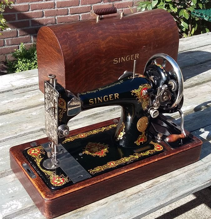 Singer 128K manual Sewing machine with lovely decoration and original dust cover, from 1930