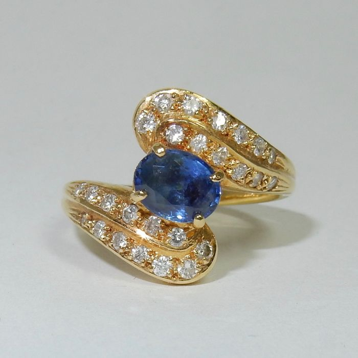 Superb Gold Ring with sapphire and diamonds totalling 1.22 ct - Ring size equivalent to 53