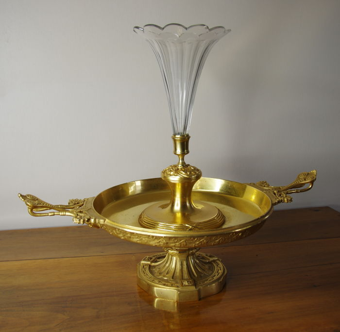 Large centrepiece in gilt bronze and crystal cone-shaped vase. 6.2 kg