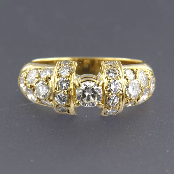 18 kt yellow gold ring set with a central brilliant cut diamond of 0.30 ct and 24 side stone diamonds of 1.20 ct, ring size 17.25 (54)