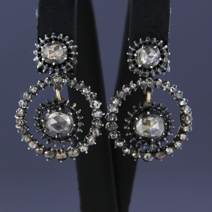 14 kt rose gold dangle earrings with silver, set with rose diamonds of approx. 1.00 ct in total.