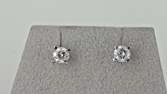 14 kt white gold stud earrings with round diamond of 0.96 ct, D/VS2