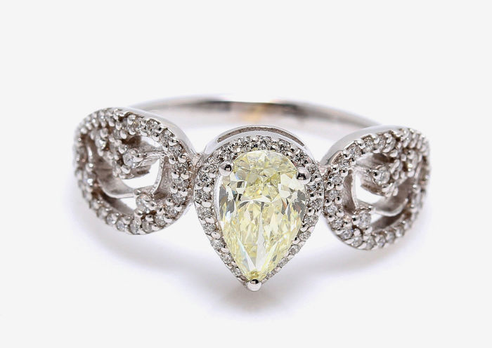 18 KT AIG certified White Gold ring with a Pearshape of  Fancy light yellow SI1 Very Good/ Excellent Cut
