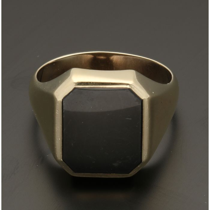 14 kt Yellow-gold signet ring, set with an onyx - ring size: 20 mm