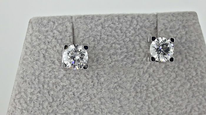 1.06 TCW D/VS2 Diamond Studs Earrings in 18 kt white gold