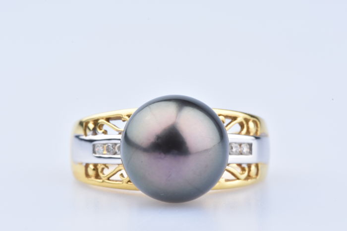 Ring in 18 kt yellow and white gold, 6 diamonds approx. 0.06 ct in total, 1 freshwater cultivated black pearl