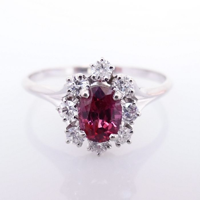 18 kt white gold entourage ring with ruby-red tourmaline and brilliant cut diamonds - ring size 64 (20.5 mm)