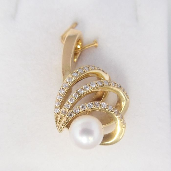 18 kt gold pendant with Akoya pearl of 5.9 mm and in total 0.25 ct in brilliant cut diamonds - length 22.4 mm