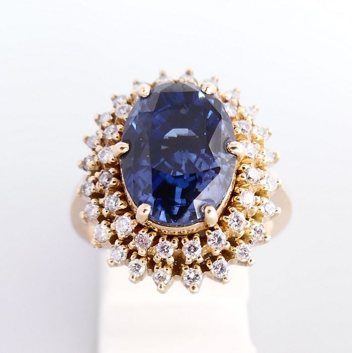 18 kt yellow gold cocktail ring with a central sapphire of 3 ct and 0.44 ct brilliant cut diamonds - ring size 54 (17.25 mm)