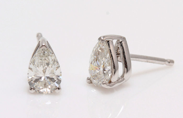 AIG certified 18 Kt White Gold Pair of Earrings with 2 Pear shapes natural Diamonds