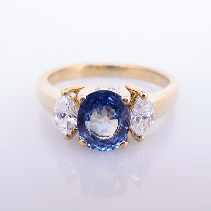 18 kt gold ring with 0.80 ct light blue sapphire and 2 marquise cut diamonds, 0.30 ct - ring size 50 (16 mm)