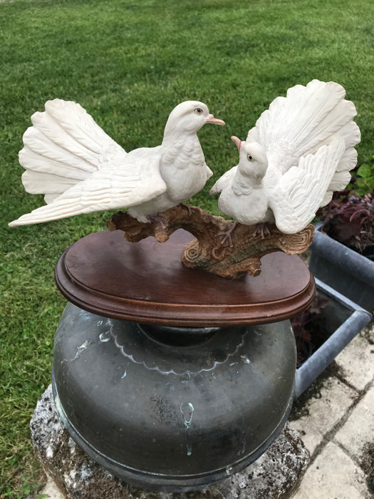 Capodimonte - Sculpture depicting two doves