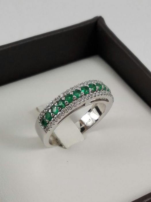 Comete - Women's 18 kt white gold wide-band ring with natural diamonds totalling 0.22 ct and natural emeralds totalling 0.44 ct Weight: 5.0 g