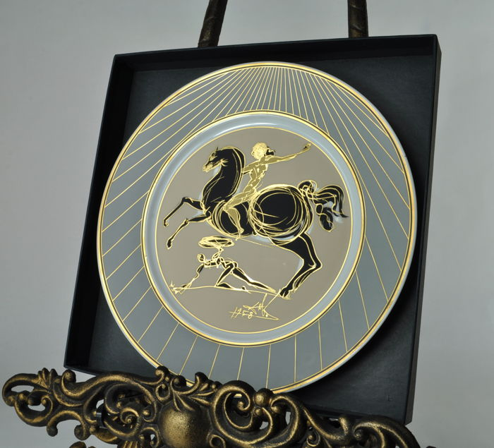 Salvador Dalí - Tribute to Fideas (1958) porcelain plate - Decorated 18 carat gold