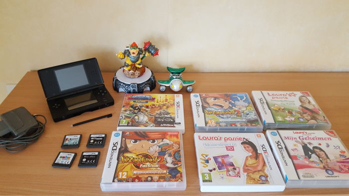 Nintendo DS lite including 10x Nintendo DS/3DS Games and Skylanders with Portal