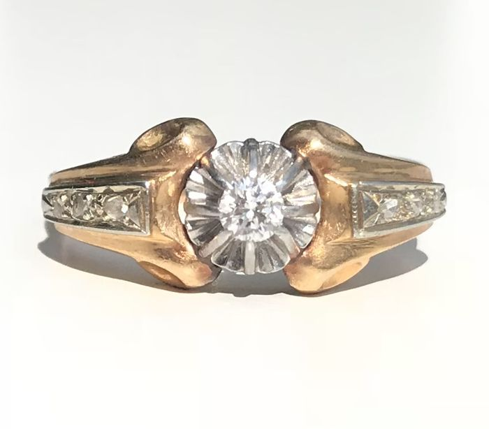 Old ring with scrollwork in 18 kt gold and platinum, with a central brilliant-cut diamond and roses ** NO RESERVE PRICE **