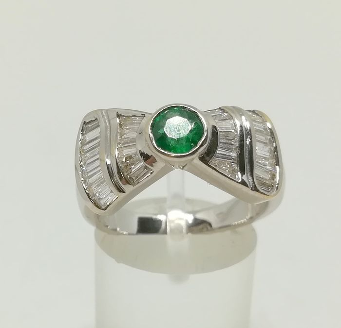 Cocktail ring in 18 kt white gold with central motif in a bow shape, central emerald surrounded by 29 diamonds - Tatum 14