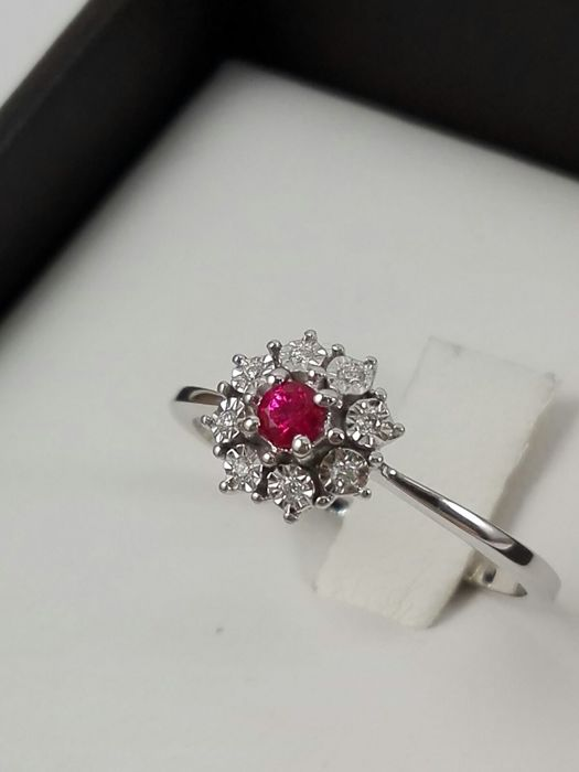 Women's ring by 'DonnaOro' in 18 kt white gold with natural diamonds for 0.17 ct and 0.10 ct central ruby Weight: 2.1 g