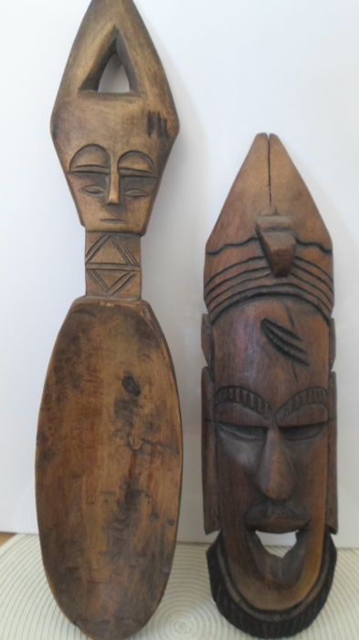 African mask and ladle - 20th century - Mask carved in teak and ladle in light wood