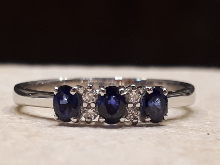 "18 kt white gold ring by ""EVA-D"", with sapphires and diamonds Size: 18 mm"