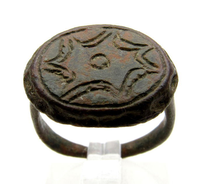 Ancient Roman bronze ring with Religious Hexagram / Star engraved on bezel - 17 mm