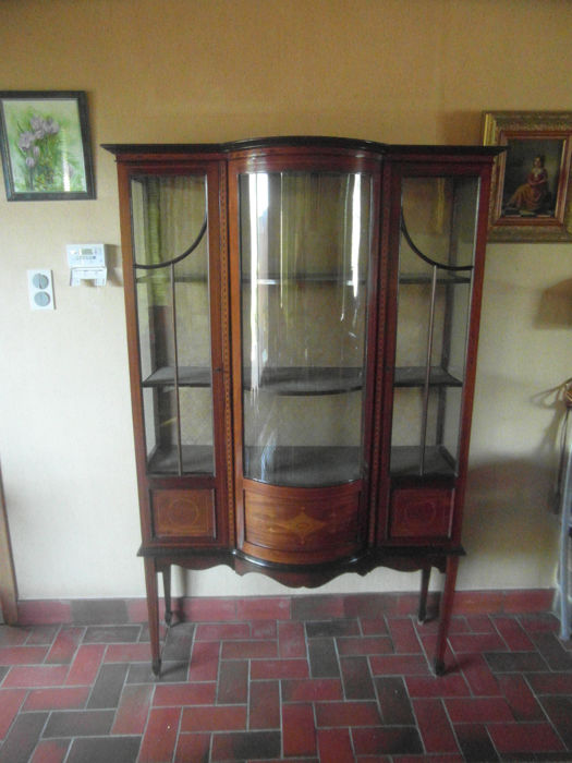 Sheraton style showcase with convex glass, with marquetry and inserted satinwood, 20th century
