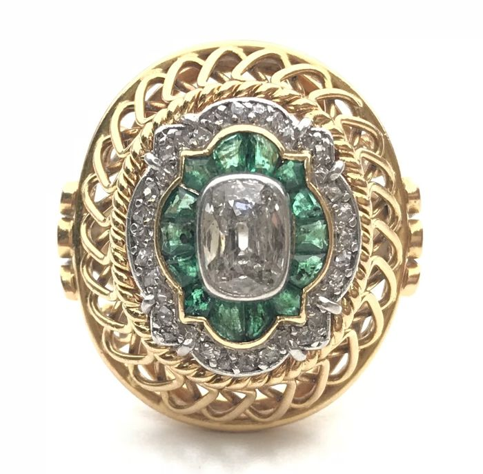 Exceptional Art Deco dome ring in 18 kt gold with a platinum table set with calibrated emeralds and diamonds (1.5 ct)