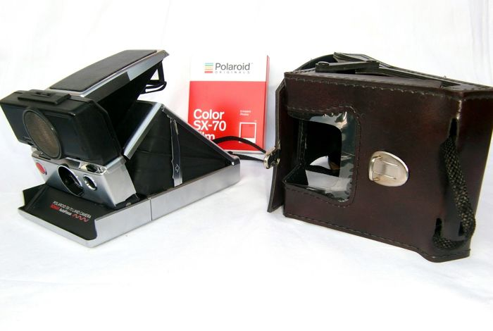 Beautiful Polaroid SX-70 land camera sonar auto focus, with leather case and 1 new film. Without minimum price.