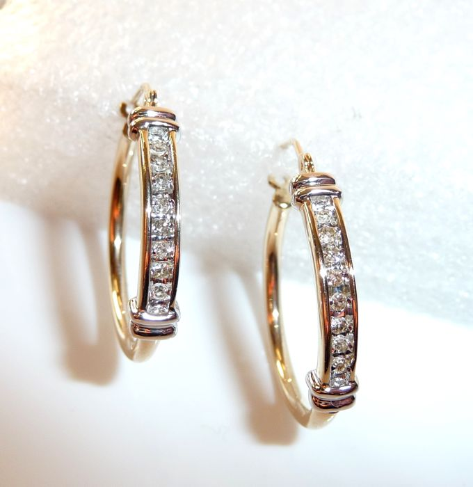 Earrings / hoops in 10 kt / 416 gold with 16 diamonds of 0.32 ct