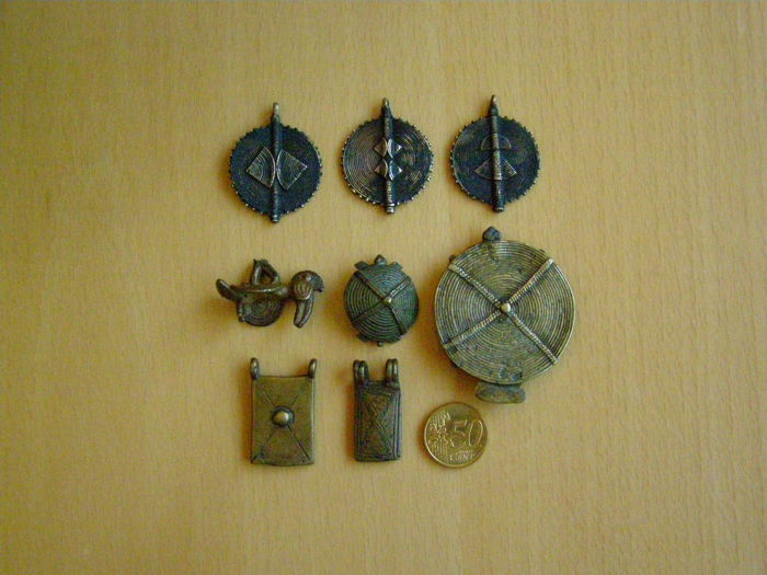 Eight Amulets or Pendants - Akan and Lobi - Ghana and Burkina Faso - West Africa - 155 g in total - 19th or early 20th century