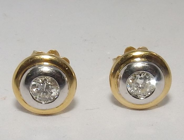 Earring set in 18 kt gold, with two natural brilliant cut diamonds of 0.50 ct  Colour: H-I Clarity: SI1