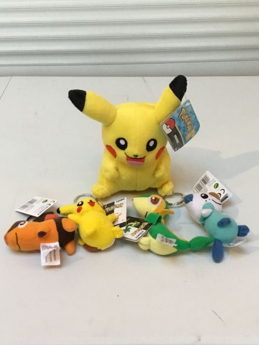 Lot of 4 Pokémon keyrings and 1 plushe Pikachu
