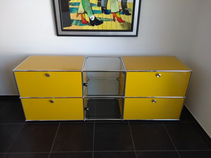 USM Haller - sideboard in yellow with glass display cabinet