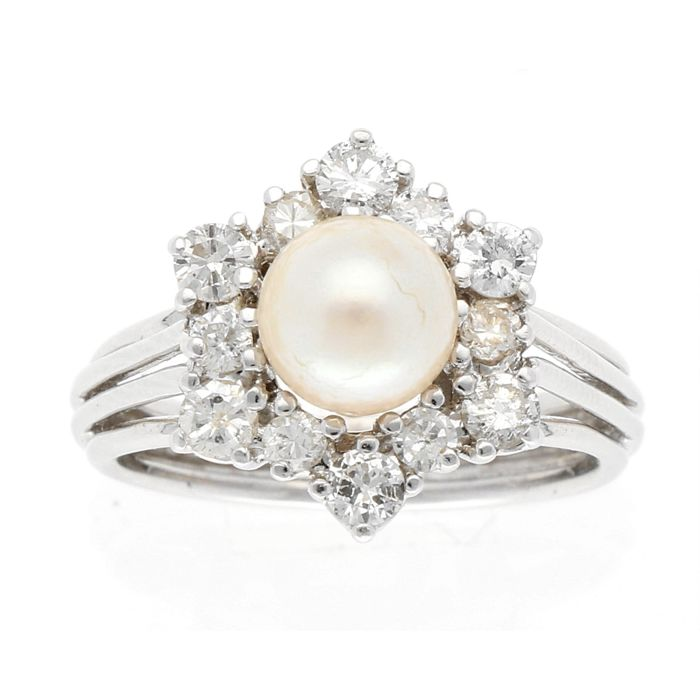 14 kt White gold entourage diamond ring, with cultured pearl, salt sea