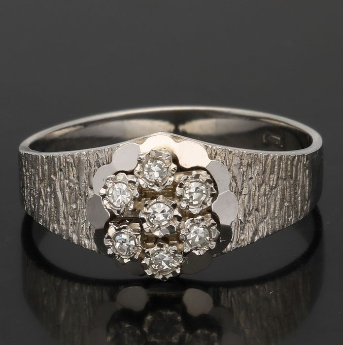 14 kt - White gold rosette ring set with diamond, approx. 0.07 ct in total - Ring size 17.25 mm. - NO RESERVE