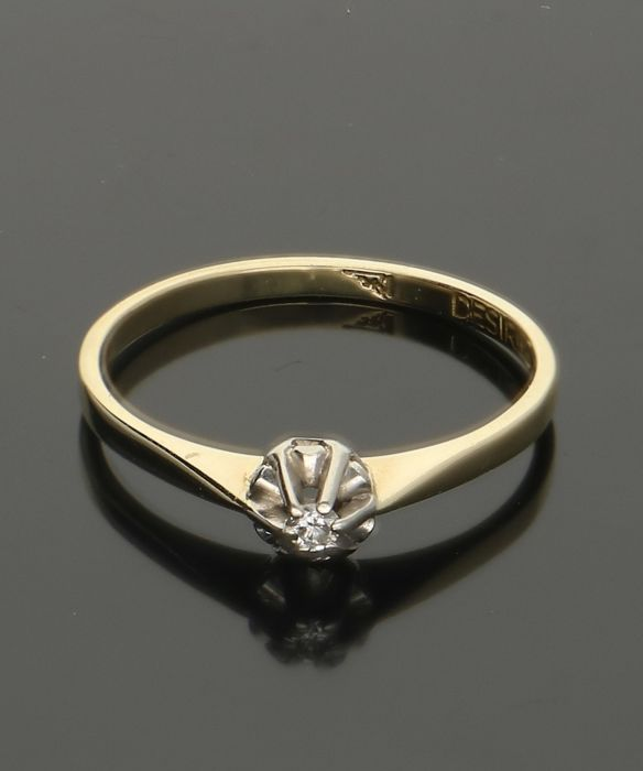 14 karat - Yellow gold solitaire ring set with 1 brilliant cut diamond of in total approx. 0.015 ct. - Ring size: 16.75 mm