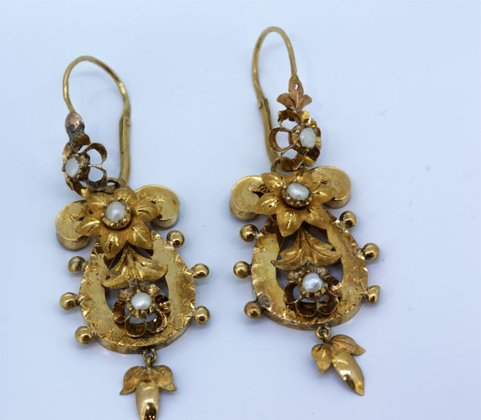 Earrings yellow gold 18 kt Elizabethan with salt water cultured pearls