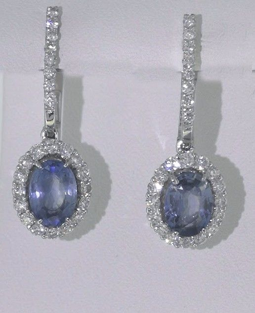Earrings with sapphire 2.00 ct and 48 brilliant cut diamonds totaal 0.50 ct.