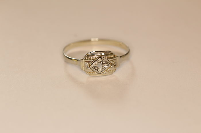 18 kt white gold Art Deco ring set with rose cut diamond