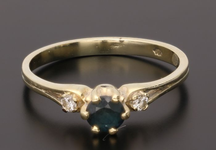14 kt Yellow gold ring set with a synthetic sapphire and 2 brilliant cut diamonds, approx. 0.04 ct in total - Inner size 16.50 mm