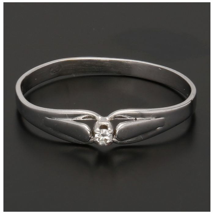 14 kt - White gold solitaire ring set with a diamond of approx. 0.02 ct. - Ring size: 17.25 mm