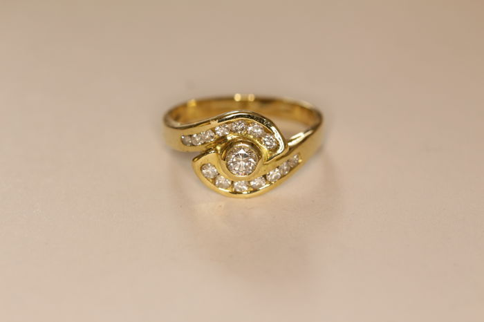 18 kt yellow gold ring from the '70s set with brilliant-cut diamonds