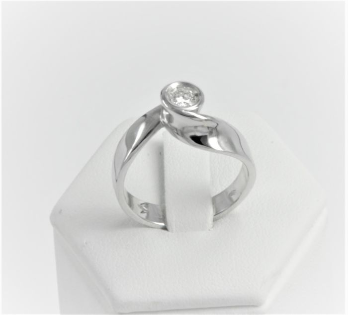 Solitaire ring with central diamond, 0.20 ct in 18 kt 750/1000 white gold - Weight 5.7 g - Size 17 IT