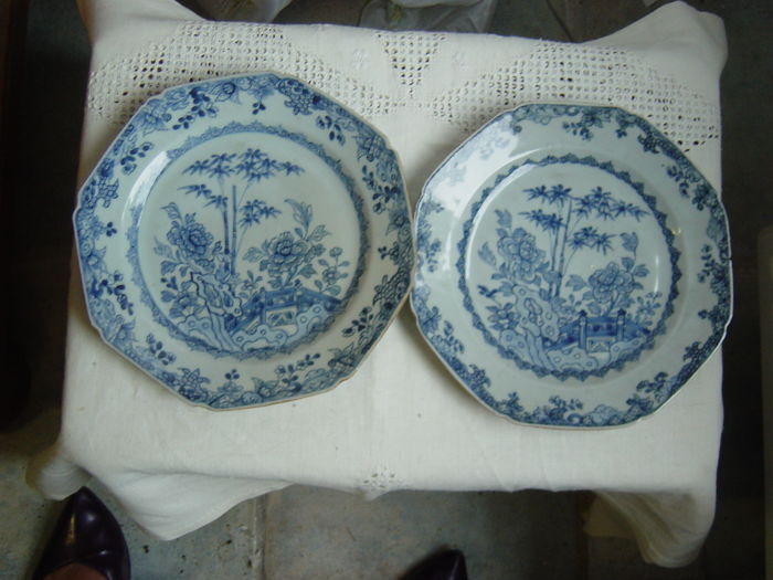 Two export porcelain Qianlong platters - China - 18th century