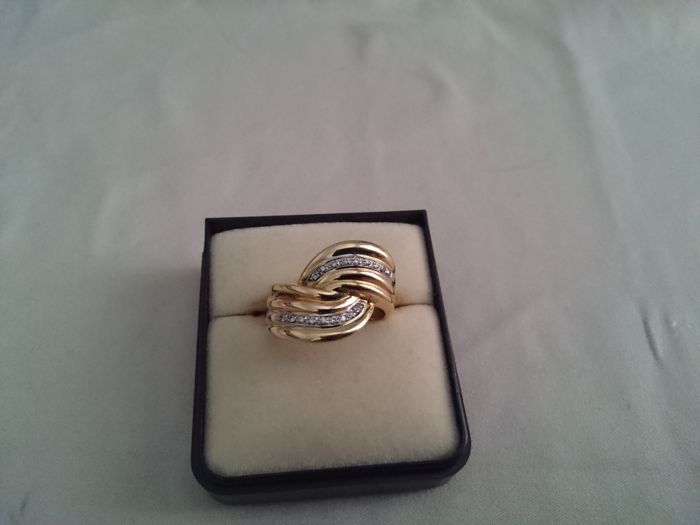 Ring in 18 kt gold with 18 diamonds each weighing 0.01 set in white gold, size 17 IT