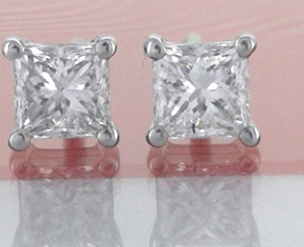 Solitaire ear studs set with 2 princess cut diamonds, 0.54 ct in total * No reserve price *