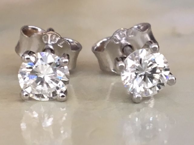 In mint condition, magnificent pair of 18 kt white gold solitaire diamond ear studs, approx. 0.61 ct brilliant cut diamonds  in total, E/VVS