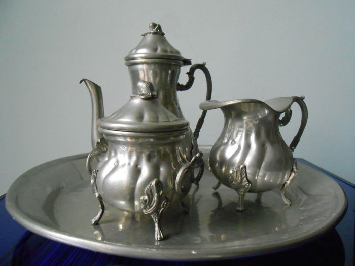 Lot composed of tray with milk jug, sugar bowl and coffeepot in 1950s pewter and tray in stainless steel with 1970s pewter sugar bowl